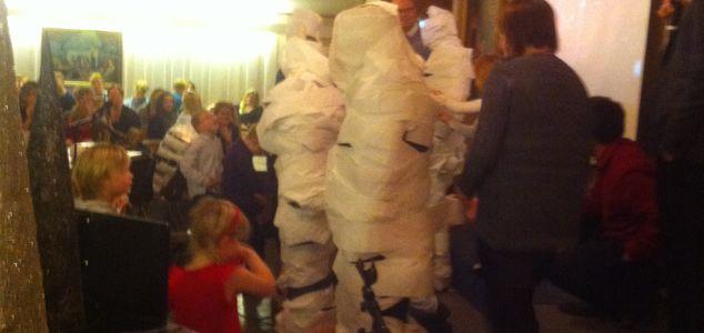 Kom til Ungdomssenteret - bli pakket inn i dopapir!